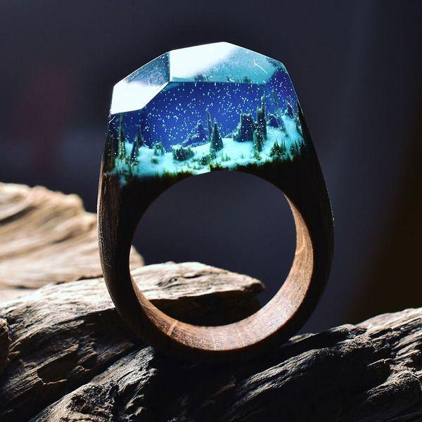 小さな世界が隠されている木と樹脂の指輪 (1)