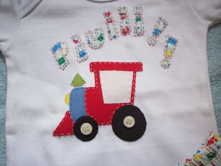 Conjunto para bebê contendo:  - body em malha  - tapa-fralda em tecido de algodão com detalhes em botões vermelhos  Todos os bordados são feitos à mão.  Feito sob encomenda nos tamanhos de 0 a 18 meses. Consultar disponibilidade de tamanhos.