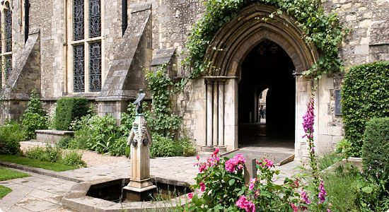 Queen Eleanor's Garden, The Great Hall, Winchester, Hampshire. A re-creation, by Dr Sylvia Landsberg, of an enclosed medieval garden, is named after Queen Eleanor of Provence and her daughter-in-law Queen Eleanor of Castile, who would have walked there and used it as their private retreat.