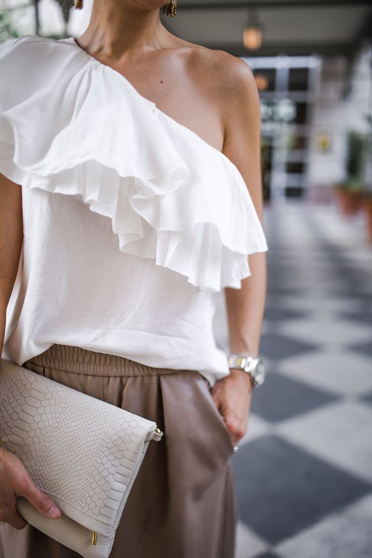 Chic at Every Age // One Shoulder Top http://styleofsam.com/2016/07/20/chic-at-every-age-one-shoulder-ruffle-top/ #details #oneshouldertop #giginy
