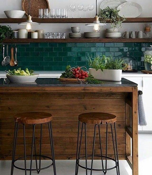 Bela cozinha e mistura de madeira e telhas verdes com muito sucesso