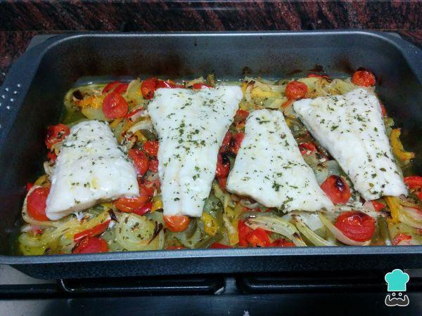 Merluza Al Horno Con Patatas Y Verduras Fácil Receta Recetas De Merluza Filetes De Merluza Verduras