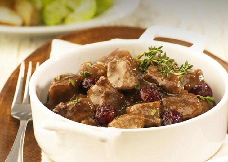 Mijoté de poitrines de canard aux canneberges - Retirer la peau des poitrines. Réserver. Couper les poitrines en gros cubes et les déposer dans un bol avec la farine. Mélanger afin que la viande soit complètement enrobée. Secouer pour enlever l'excès de farine.