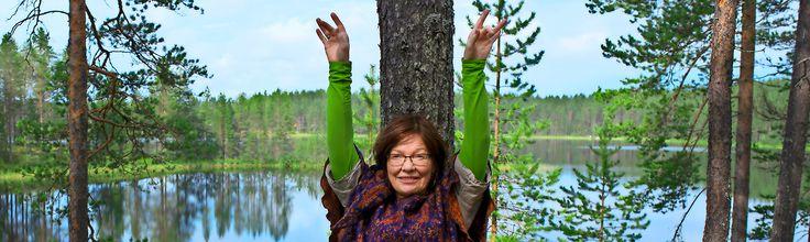 Mirja Nylander sai uupuneena elinvoimaa metsästä. Nyt hän puhuu puiden hoitavasta vaikutuksesta ja hän näyttää videolla, miten puuhengitys käytännössä toimii. metsä hengitys hengittäminen rentoutus rentoutuminen stressi terveysmetsä video