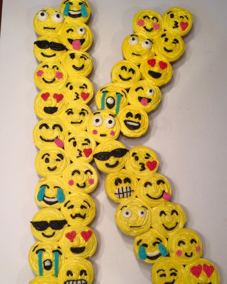 """""""K"""" Emoji Cupcake Cake"""