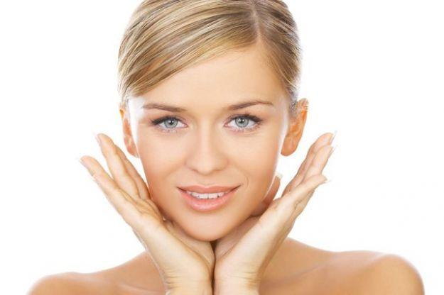 Macchie solari sul viso e sulla pelle: tutti i rimedi, naturali e non | Tanta Salute