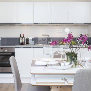 Salon z jadalnią i aneksem kuchennym : Modernistyczna kuchnia od Pracownie Wnętrz Kodo
