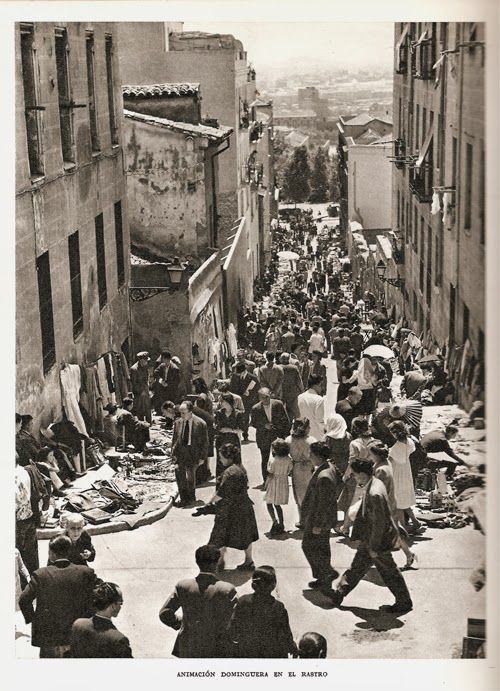 """Son fotos del Rastro madrileño realizadas por Frances Català Roca para la Guía """"Madrid"""" de Ediciones Destino (1959), que contaba adem..."""