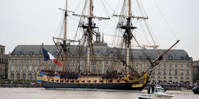 """""""L'Hermione"""", réplique de la frégate de La Fayette,arrive dans le port de Bordeaux (7 octobre 2014)"""