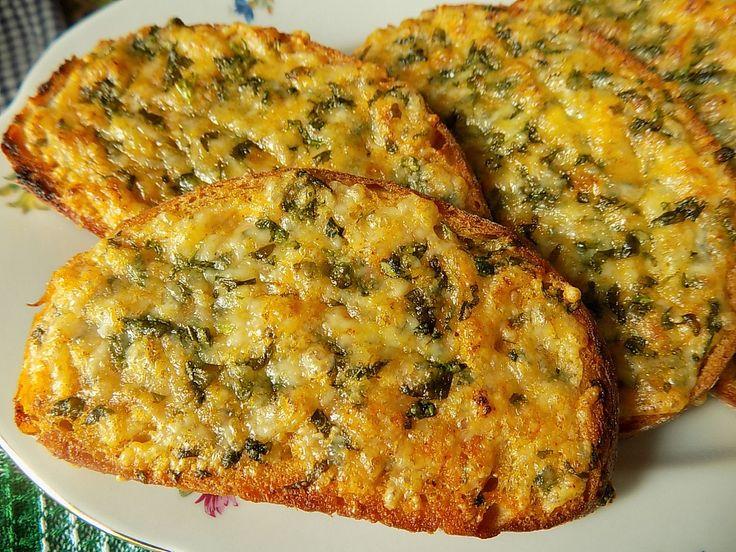 Máslo smícháme se sýrem, nasekanými bylinkami, paprikou a solí. Chleba potřeme bylinkovým máslem a zapečeme pod grilem do křupava. Podáváme teplé.