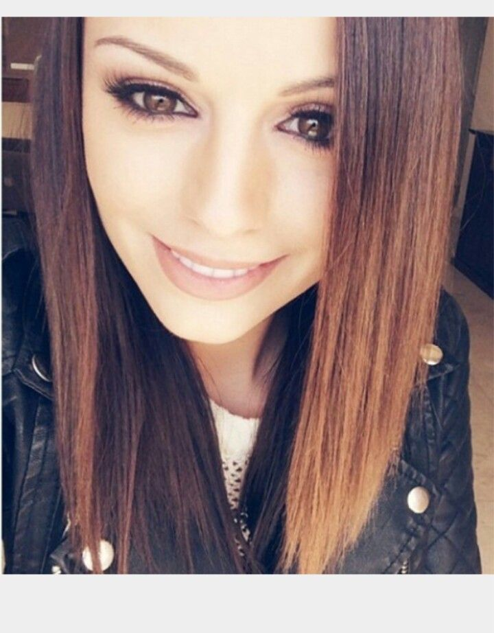This is cher lloyd I think in 2014 I'm pretty sure but she looks so cool in straightened hair right ???