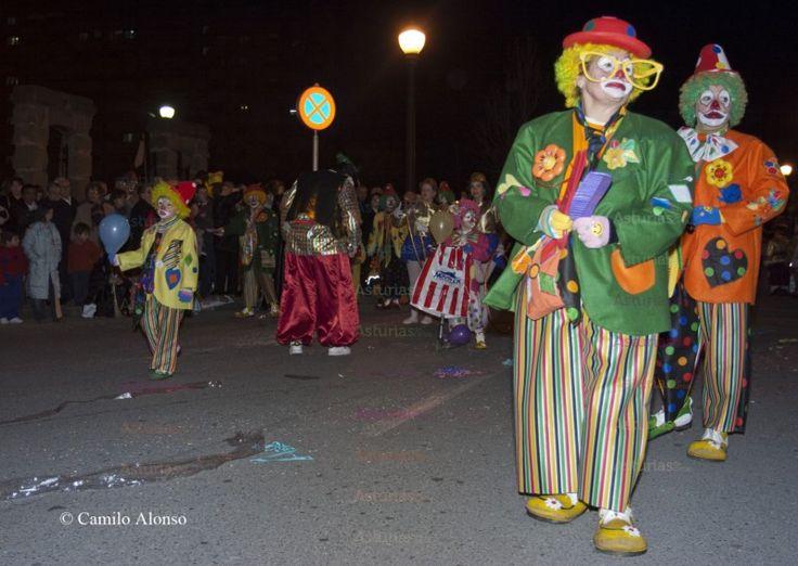 Desfile de Antroxu en Gijón: Este año 2015, el Antroxu de Gijón, se celebra el martes 17 de febrero. Esta fiesta está declarada de Interés Turístico Regional, el día grande es la víspera, lunes a las 7 de la tarde, con el Desfile de Antroxu que recorre las calles más céntricas de la ciudad, saliendo de la Plaza de Toros y finalizando en la Plaza del Humedal. Son muchas las charangas que se presentan al desfile, que tiene premios para las mejores.