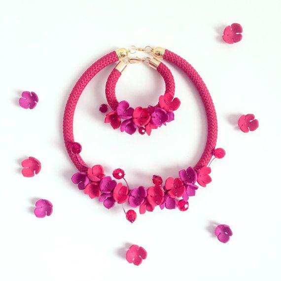 """Idea regalo di Natale per Lei. Xmas gift. Collana e bracciale con fiori di gomma , mezzi cristalli, corda """"fiori d'autunno"""" handmade"""