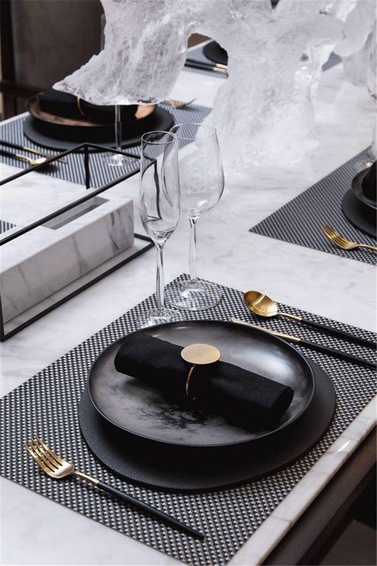 Stimmungsvolle Vintage industrielle Hochzeit Inspiration; Tischdekoration in dunkler Farbe; Roma …   – Beautiful