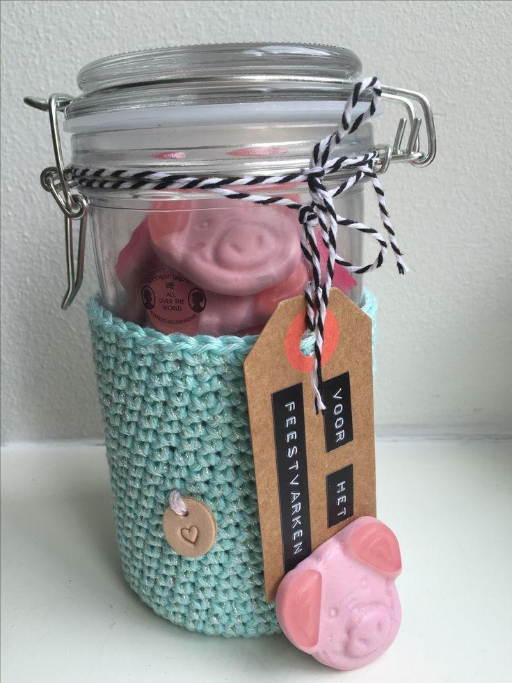 Leuke verjaardags DIY om te geven: een weckpotje met varkenssnoepjes met als label: ' voor het feestvarken'. Deze is gemaakt door mijn vriendin Anke.