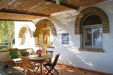 I Dammusi di Punta Karace offre i seguenti servizi: affitto dammusi, affitto appartamenti, affitto bilocali, affitto vista mare, affitto residence, affitto bed and breakfast. Opera nelle seguenti zone: Pantelleria, Lampedusa, Favignana, Levanzo, Pelagie., I dammusi di Punta karace, Affitto di dammusi e appartamenti per vacanza a Pantelleria
