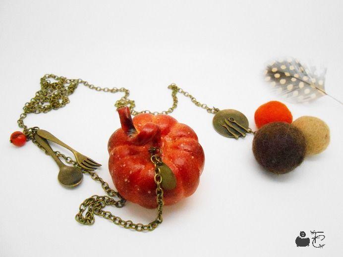 """Sautoir cravate d'automne bronze """"Ma soupe au potiron"""" - Breloques : couverts, perles, graine, citrouille - Métal bronze : Collier par fibule-et-cabochon"""