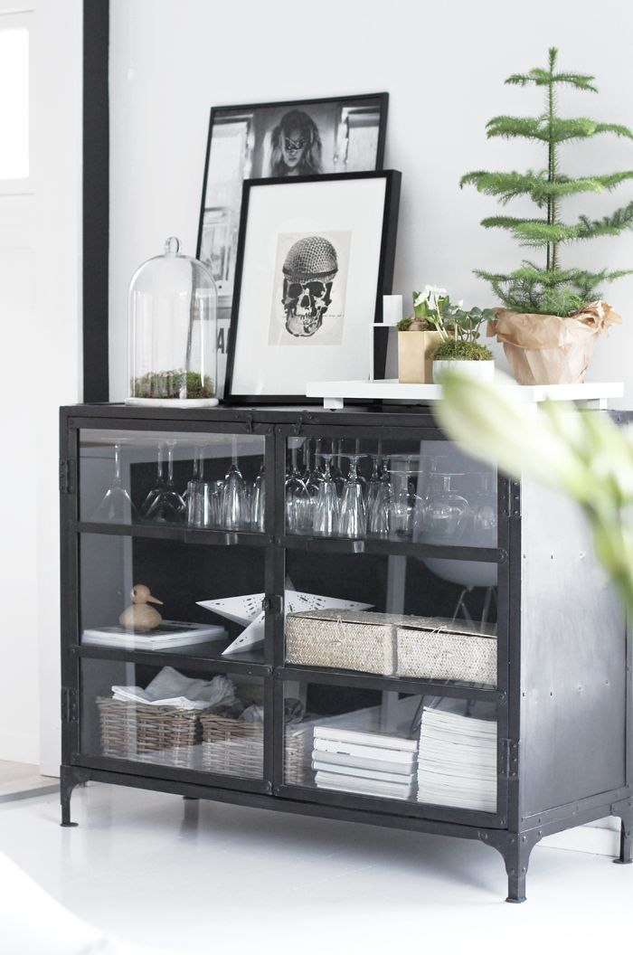 I love the cupboard and the setup on top! Would be perfect for the empty space in my living room! Little by little - Stylizimo blog