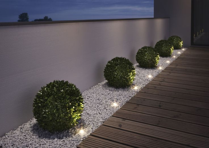 Valot tuovat tunnelmaa terassille pimeitä iltoina. Klikkaa kuvaa, niin näet tarkemmat tiedot.