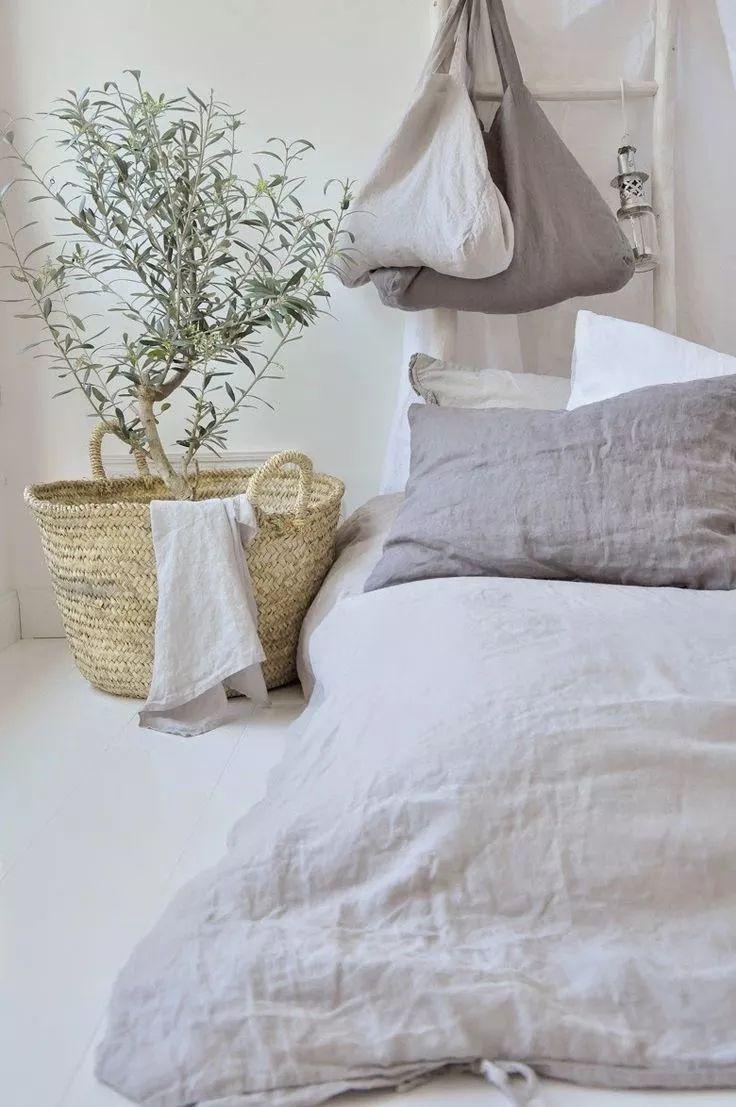 Cómo mejorar tu cama para dormir mejor | Dalalba Home Interior, Interior Design Living Room, Living Room Decor, Bedroom Decor, Master Bedroom, Cheap Dorm Decor, Bed Linen Design, Stylish Bedroom, Home Decor Pictures