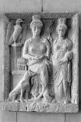 Cette reproduction d'un bas-relief de 1800 ans représentant Ishtar, la déesse babylonienne et syrienne de l'amour et de la fertilité, a été présenté à l'Organisation des Nations Unies le Représentant permanent de la #Syrie le 29 avril 1977. Ishtar, également connue sous le nom de Ashtarut ou Astarté, est représentée avec un accompagnateur et une colombe. L'original a été découvert à Palmyre.