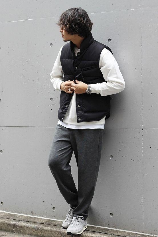 モノトーンカジュアルなダウンベストスタイル  リラックス感のあるパンツに上品なダウンベストを合わせたスタイリング。 大人カジュアルな雰囲気でスニーカーを合わせたカジュアルスタイル。