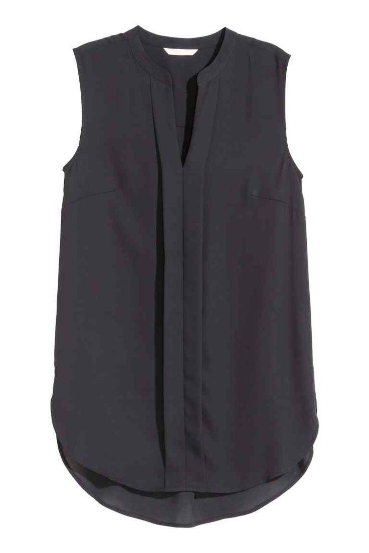 Blusa sin mangas: Blusa sin mangas en tejido vaporoso con cuello de pico, con una costura cosida en la parte central delantera, y parte inferior redondeada con parte trasera ligeramente más larga.