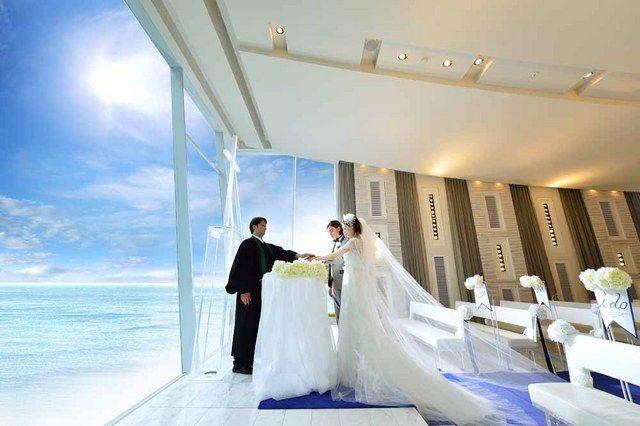 ベイサイド迎賓館(和歌山) 結婚式場写真「海を見渡せるガラス張りのチャペル。青い空と海の前で、感動的な挙式が叶う!」 【みんなのウェディング】