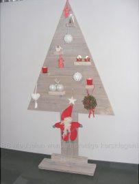 Kerstboom  Vlakke kerstboom van steigerhout met verschillende plateau's. Staand model is in verschillende maten te bestellen, met of zonder kleurafwerking. Op de foto is de boom 180cm en afgewerkt met een whitewash. Geeft sfeer en neemt nauwelijks ruimte in. Kortom een sfeervolle kerstboom die elk jaar weer te plaatsen is.