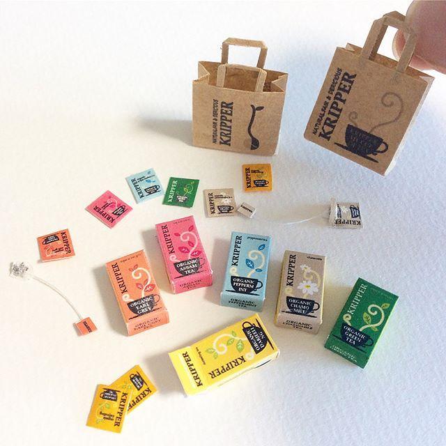 1/12サイズ ミニチュア紅茶のパッケージをもう一種類作りました。 箱の中に4つずつ 個包装のティーバッグが入ってます。これも未開封のパックは、中身が入ってる風に作ってあるだけで、ティーバッグは入ってません〜。 紙袋は裏と表でデザインを変えました。 ・ ・ ・ ヤフオクに出品しています。プロフィールのアドレスをタップするか、ヤフオクで「ミニチュア 紅茶」と検索してみてください。 6月14日(水)夜 終了。 #ミニチュア #ドールハウス #紅茶 #ティーバッグ #パッケージ #ハンドメイド #紙袋 #ペーパークラフト #miniature #dollhouse #handmade #blacktea #papercraft #paperbag #package