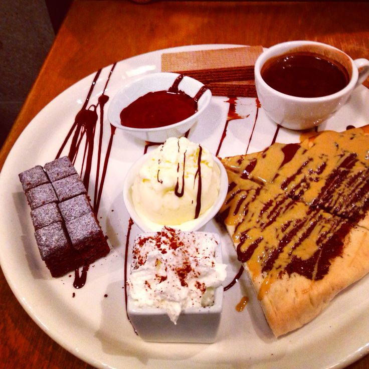 Cacao 70 an amazing dessert bar in Montreal. Chocolate peanut butter pizza with brownies, hot chocolate and wafers