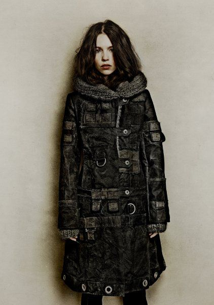 Für diesen Mantel wurden Seesäcke der Bundeswehr recycelt, gefärbt und bearbeitet, während Kapuze und Manschetten aus Schurwolle/Angora handgestrickt sind.