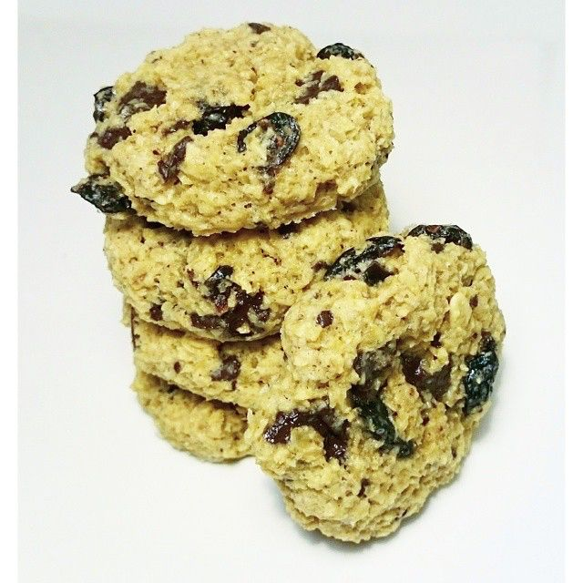 Ferske og knallgode havrecookies med sjokolade og tranebær går ned på høykant her i dag ❤ Du trenger: 60g romtemperert smør, 50g Sukrin Gold, 120g glutenfri havregryn, 10g FiberFin, 1 egg, 15g dråper Stevia vanilje, 2 klyper salt, 50g sukkerfri mørk sjokolade, 15g tørka tranebær.  Du gjør: ~ Bland smør og Sukrin gold godt sammen ~ Bland inn resten, og form kjeks på  stekebrettet. ~ Stek midt i ovnen på 180grader i ca. 10 min. ~ Avkjøl på rist, og nyt!