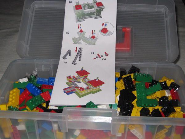 Kit di mattoncini per costruire un fantastico castello (completo di istruzioni e valigetta!) -Bricks kit for a magic castle (with instruction and box).