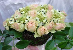 menyasszonyi csokor csokortartóval: rózsa, ornithogallum, hoya levél, kagylók - esküvő virág