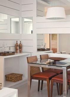Mesa - tampo de vidro e base de inox formam a Steel (1,30 x 0,80 x 0,76 m). Novo Ambiente, R$ 1 892. Cadeiras - o modelo Lumi combina estrutura de madeira e assento estofado. Novo Ambiente, R$ 490 cada. Painel - tem acabamento de laminado. Todeschini, 10 x R$ 148 (sem espelhos). Piso - porcelanato Metrópole White retifi cado (1,20 x 0,60 m), da Gyotoku. C&C, R$ 214,60 o m².