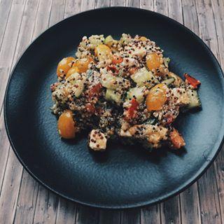 Рецепт 🔽🔽 вкусного и полезного салатика 🥗 #cookie_рецепты 😋💞Рецепт увидела у одной Испанской блогерши). Нам понадобиться: • Киноа (я делала пол стакана ~ 100 гр - и выходит примерно на 6/8 порций) • в два раз а больше воды • помидор 🍅 2 шт. (Я люблю Черри, цветные и особенно желтые обожаю) • Огурец 🥒 (я брала половину большого огурца (гр 150-200) • сыр Фета 🧀🐱 • соус (чеснок (специя) + ореган + перец (чёрный) + моль + оливковое масло + уксус) последние два ингредиента на глаз и…