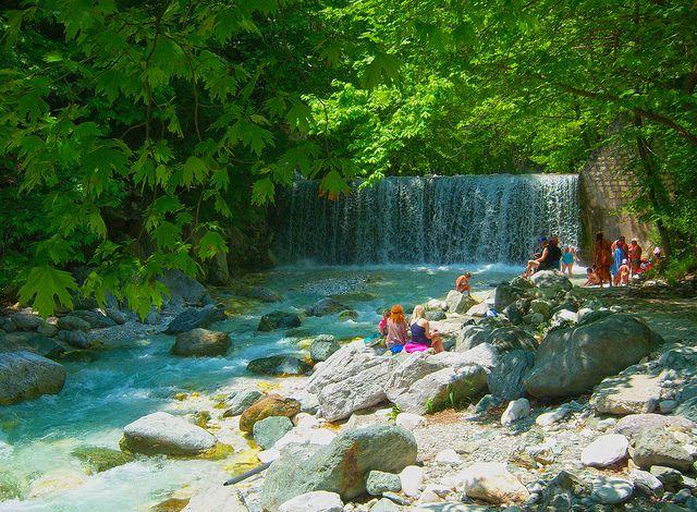 В поисках целебных источников давайте перенесемся на север Греции, где, надежно прикрытый от ветров горными пиками Воррас и Пайкос, раскинулся старинный городок Аридея. Всего в 12 км от городка находится водный курорт Лутра Позар Аридея. Здесь все приносит здоровье и отдохновение: термальная вода, чистейший горный воздух, покой и безмятежность окружающих ландшафтов, простая, но вкусная еда,…