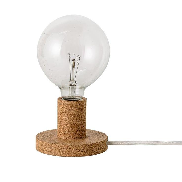 Met deze tafellamp van Bloomingville haal je echt sfeer in huis! De stevige voet geeft de lamp stijl en het zachte licht straalt één en al warmte uit. Hierdoor past deze sfeermaker perfect in de vensterbank of op het nachtkastje in je slaapkamer!