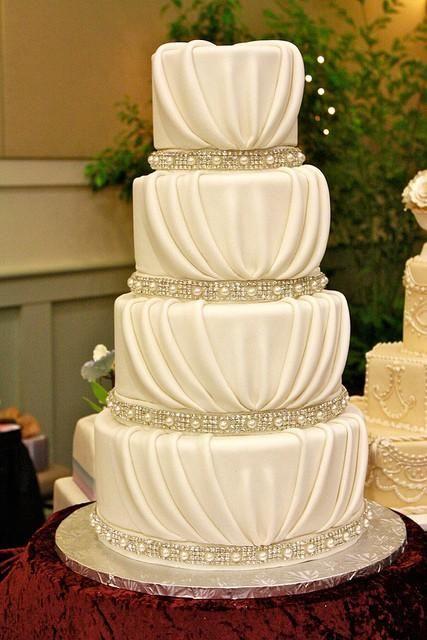 Torta de boda elegante con perlas y diamantes comestibles