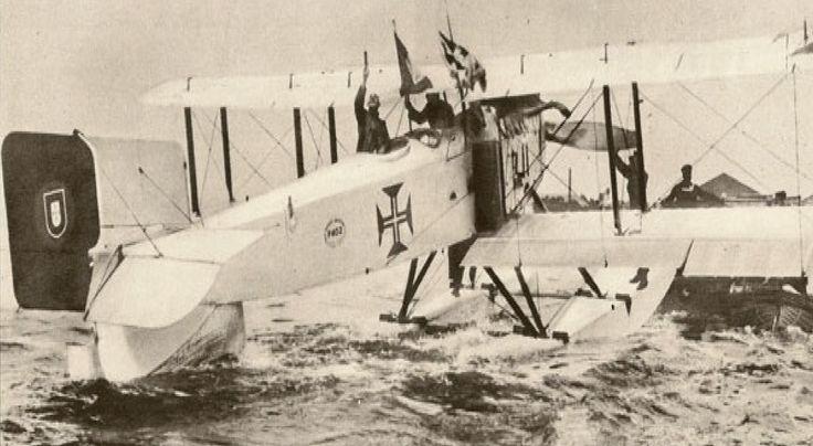"""Na manhã de 30 de Março de 1922, às 7 horas, o hidroavião monomotor, Fairey F III-D MkII, """"Lusitânia"""", tripulado por Gago Coutinho e Sacadura Cabral, descolou do Rio Tejo rumo ao Rio de Janeiro, para efetuar a primeira travessia aérea do Atlântico Sul."""