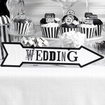"""Wegweiser mit der Aufschrift """"Wedding"""" in schwarz-weiß - perfekt damit die Gäste sofort den richtigen Weg finden"""