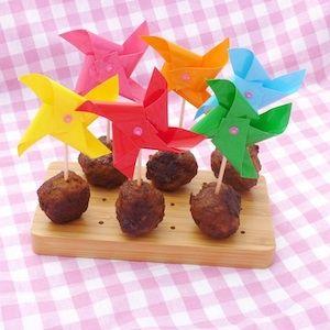 Gehaktballetjes zijn vaak al favoriet bij kinderen. Deze ketjapgehaktballetjes vallen met hun zoete smaak vast ook in goede aarde! Lekker als los borrelhapje maar ook heerlijk bij de nasi of bami. http://dekinderkookshop.nl/recipe-items/ketjapgehaktballetjes/