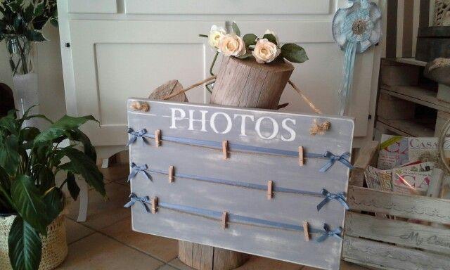 portafoto shabby realizzato con pannello di legno, nastrini di raso e mollette per appendere le fotografie. 15 euro