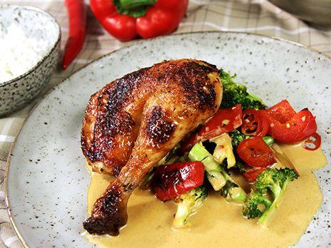 Helstekt kyckling smaksatt med mango chutney, vitlök och soja. Servera med chilibroccoli, crème fraiche-sås och basmatiris. Jättegott!