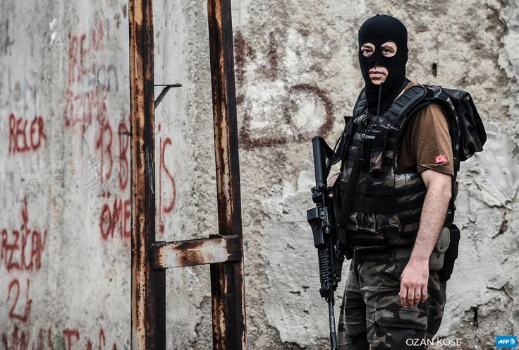 TURKEY, Istanbul : A Turkish special force police officer is pictured during clashes with attackers on August 10, 2015 at the Sultanbeyli district in Istanbul. Turkey's largest city Istanbul was Monday shaken by twin attacks on the US consulate and a police station as tensions spiral amid the government's air campaign against Kurdish militants. AFP PHOTO / OZAN KOSE