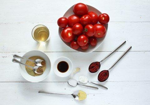 Ergibt ca. 700 ml Ketchup    1 kg reife Tomaten150 ml Weißweinessig¼ TL gemahlener Zimt5½ gestr. EL brauner Zucker (zB Vollrohrzucker)½ TL gemahlener Koriander1 Knoblauchzehe, ungeschält (oder eine kleine Zwiebel, 80 g)1 Lorbeerblatt1½ TL Worcestersauce2 EL Tomatenmark1 gestr. TL Salz (4,5 g)½ EL Senfpulver1-2 TL Speisestärke
