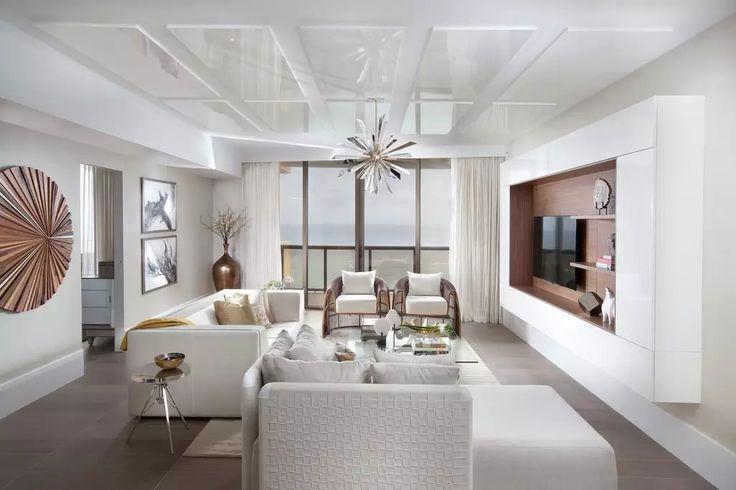 Soggiorno moderno bianco molto luminoso, pulito e originale con parete attrezzata in legno e laminato bianco. Elementi in legno, metallo e vetro. Piastrelle in gres porcellanato.