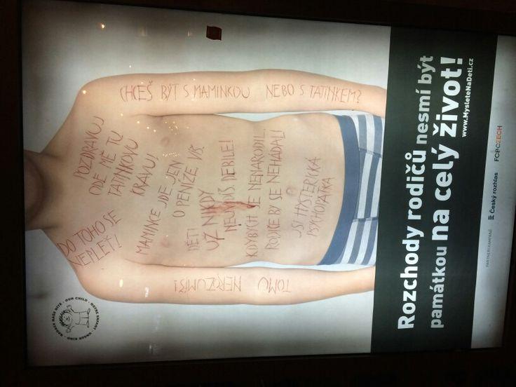 Trošku drsnější reklama. Poprvé jsem si myslela, že jde o domácí násilí na mužích. To bylo, když jsem ji zaznamenala v metru na Můstku. Když jsem ji pak vyhledala, abych si ji vyfotila, zjistila jsem, kde je jádro pudla. Za mě provedení super, jen takovéto reklamy umisťovat třeba na zastávky.  Update: Objevila jsem i holčičku, ale zase na jezdících schodech, takže si nestíhám všechny nápisy přečíst.