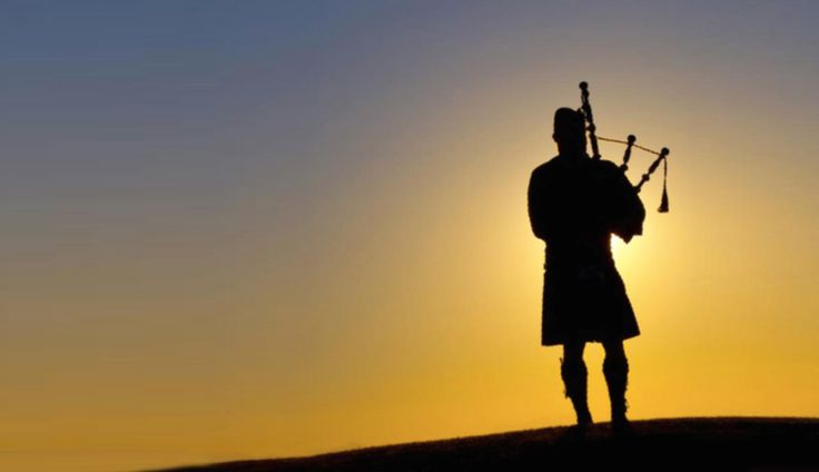 In an homage to the birthplace of golf, a Scottish bagpiper signals the end of each day at The Ritz-Carlton, Haikou.